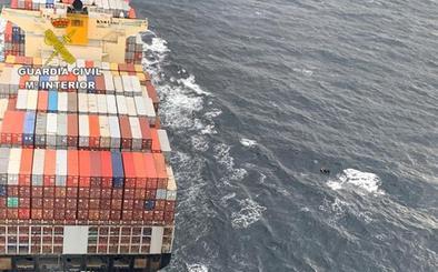 La Guardia Civil evita que un buque embista a una patera en el Estrecho
