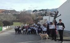 Treinta vecinos de Iznalloz se concentran contra las obras del nuevo punto limpio