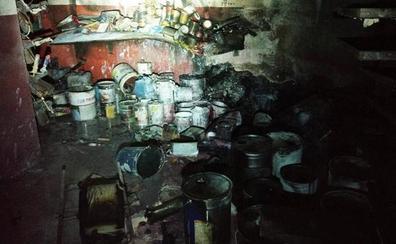 Los bomberos de Almuñécar sofocan un incendio en un taller de pinturas con daños materiales