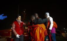 Trasladan al hospital a dos de las 82 personas rescatadas en el mar de Alborán