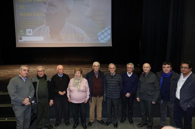 Foto de familia de los curas obreros y creadores del documental antes de la proyección./RAMÓN L. PÉREZ