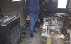 El fuego que ha arrasado la casa de una familia de Gualchos se generó cuando su hijo adolescente trataba de encender una estufa