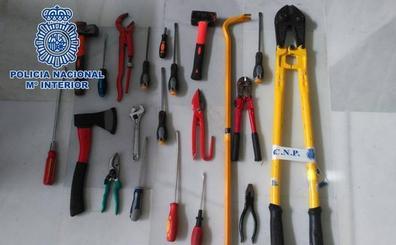 Sorprenden a un individuo con unas herramientas que acababa de sustraer de un domicilio del Albaicín