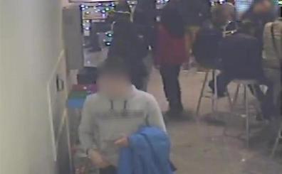 Abusa de un niño de 10 años en el baño de un centro comercial y lo intenta con otro de 9