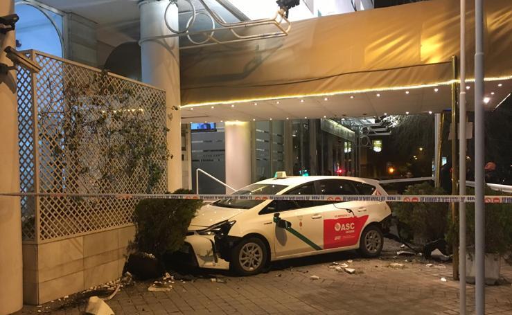 Un taxi se empotra en el hotel Granada Center