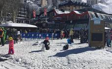 Sierra Nevada se llena tras dos días cerrada con largas colas para poder esquiar