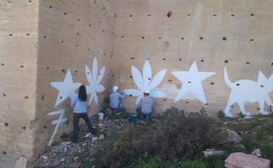 Comienza la limpieza de las pintadas aparecidas en las murallas de San Cristóbal
