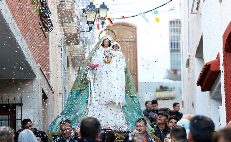 Miles de papelicos vuelan al paso de la Virgen de la Candelaria en Instinción