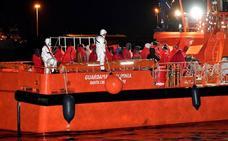 Trasladan a Almería a casi 80 personas rescatadas en Alborán