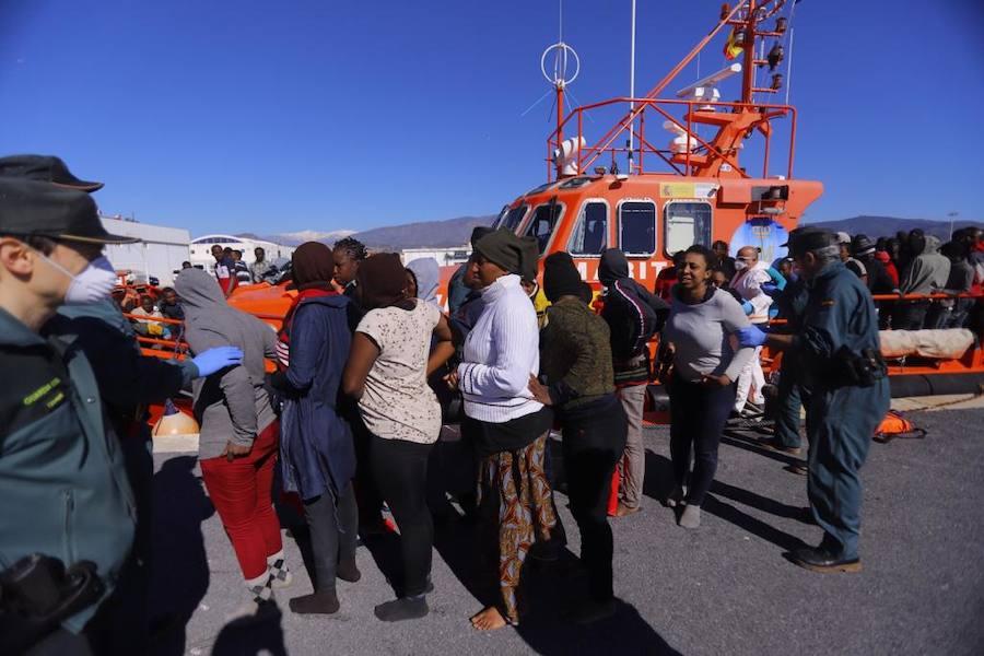 Trasladan a Motril a 87 inmigrantes, entre ellos dos menores
