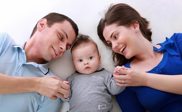 Resultado de imagen para padre, madre e hijos en el registro civil