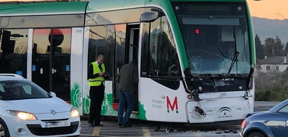 Un camión impacta contra el metro de Granada y provoca la alteración del servicio