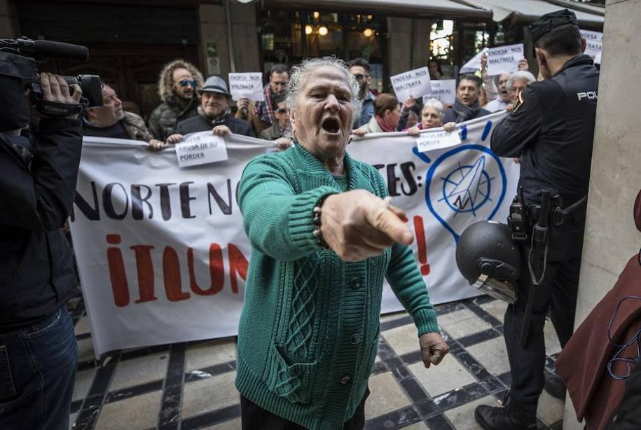 Los vecinos de Zona Norte de Granada se echan a la calle para protestar por los cortes de luz