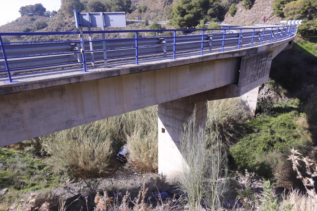 Espectacular accidente en Salobreña: se despeña con su coche por un barranco de más de 15 metros
