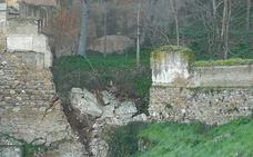 Cae un trozo de muro del barranco de Fuentepeña junto a la cuesta del Rey Chico