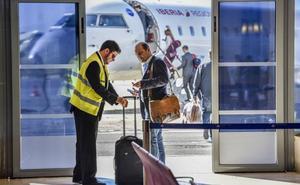 Los cuatro transbordos del tren provocan un lleno de récord en el vuelo Almería-Sevilla