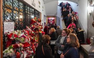 Miles de personas ante la tumba de Fray Leopoldo en Granada