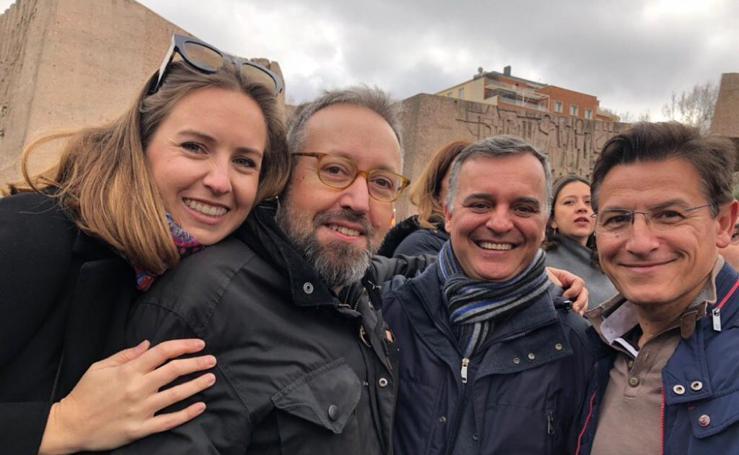 Políticos y vecinos granadinos, en Madrid protestando contra Sánchez