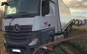 El conductor de un camión se sale de la vía y se lleva por delante una valla publicitaria en el Camino de Purchil