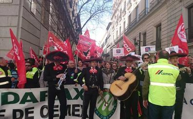 Trabajadores de Cemex piden el apoyo de la Embajada de Mexico