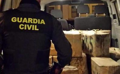 Embiste a la Guardia Civil cuando trasladaba 620 kilos de hachís tras huir de un control