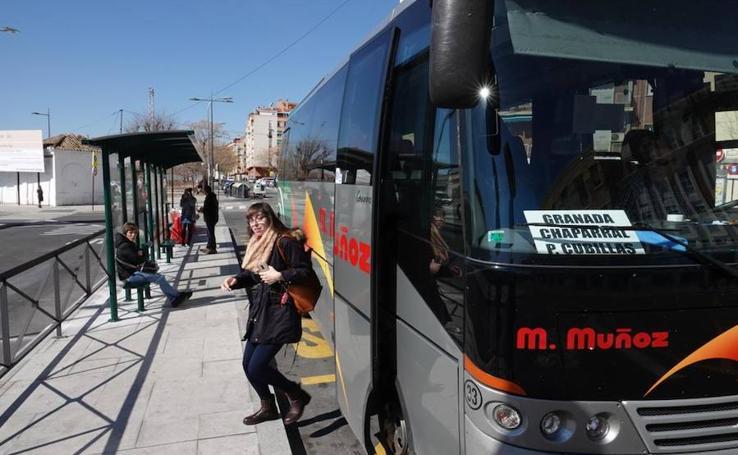 Los autobuses metropolitanos ya paran frente a la estación de tren