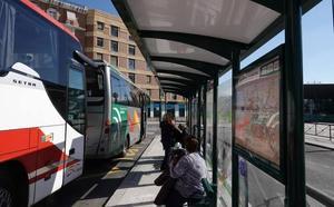 Tres buses metropolitanos paran ya frente a la estación de tren de Granada