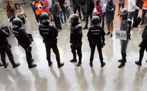 El policía nacional imputado por la patada voladora del 1-O no se reconoce en el vídeo