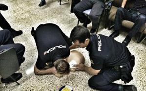 Dos policías nacionales de Granada evitan la muerte de un hombre de 35 años en un hostal