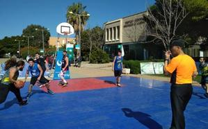 La calle central de la Universidad de Almería se convierte en una gran cancha de baloncesto