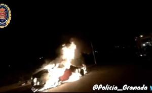 Un coche envuelto en llamas en la Zona Norte de Granada