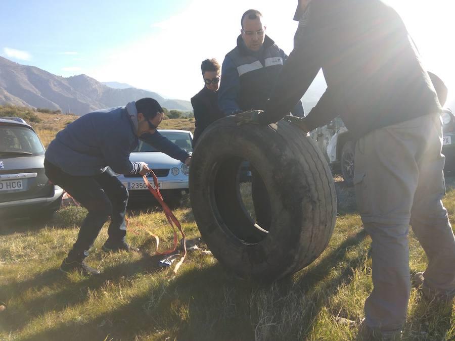 Doce horas de trabajo voluntario para retirar 80 ruedas del monte en Salobreña