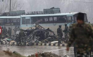 Mueren 40 policías en el peor atentado en la historia de la Cachemira india