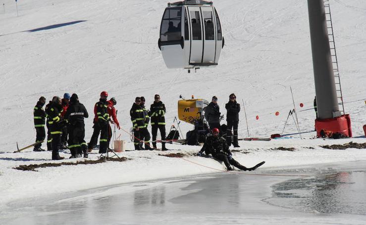 Así se sumerge el Ejército en aguas heladas de Sierra Nevada