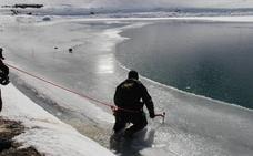 El Ejército se entrena en aguas congeladas de Sierra Nevada