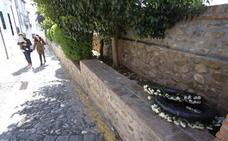 Hallan coronas de flores tiradas en una turística calle del Albaicín