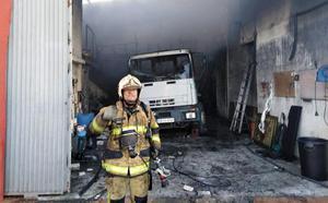 Los Bomberos de Motril extinguen un incendio en una nave de desatranques y una casa colindante