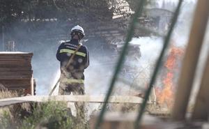Arde una de las viviendas 'okupadas' en la carretera de Málaga