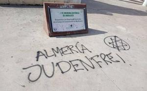 Pintadas nazis en el monumento a las víctimas de Mauthausen en Almería