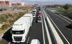 Nuevo atasco kilométrico en la bajada a la Costa de Granada