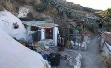 Sancionan a los dueños de siete cuevas del Cerro de San Miguel por obras ilegales