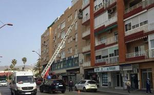 La caída de una cornisa corta parte de la avenida de Cabo de Gata
