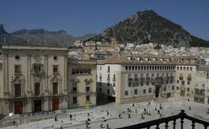 El Ayuntamiento mejora la iluminación de la fachada del Obispado