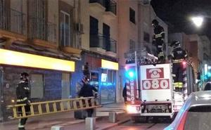 Un incendio en una vivienda de la calle Real de Almería obliga a desalojar a cinco personas