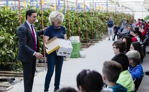 Los escolares almerienses se acercan a la agricultura 'mirando' en el interior del mar de plástico