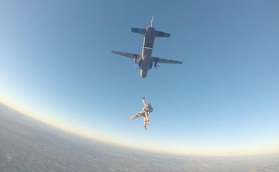 Primer salto paracaidista tándem en el que participa la Fuerza de Guerra Naval Especial de la Armada