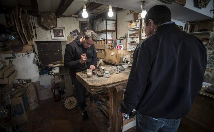 Así se fabrican las cajas de taracea, un arte milenario que bebe de la Alhambra