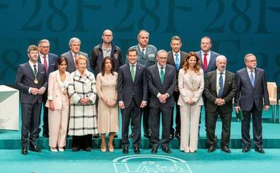 Moreno insta a hacer de Andalucía «una tierra para trabajar y vivir» en el primer 28F del cambio