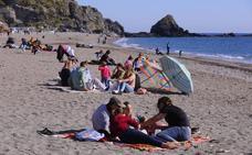 La Costa Tropical disfruta de una jornada festiva a 23 grados y con llenazo en hoteles y chiringuitos