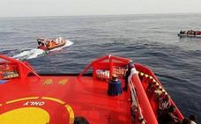Llegan al puerto de Almería 56 inmigrantes rescatados de una patera en Alborán